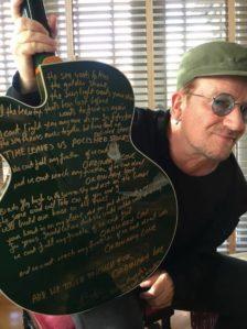 Bono dona una guitarra Irish Falcon Gretsch con la letra de «Ordinary Love» para subasta benéfica.